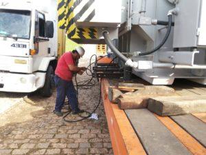 4-manuseando-equipamento-hidraulico-para-arraste-do-trafo-para-fogueiradormentos-Cópia-300x225 Remoção Técnica
